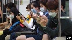 Một số người mang khẩu trang phòng tránh lây nhiễm MERS tại Seoul.