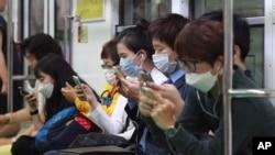 首爾地鐵乘客戴上口罩