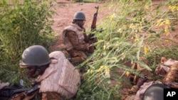 Des gendarmes burkinabè prennent position autour de Ouagadougou, Burkina Faso, 29 septembre 2015. (AP Photo/Theo Renaut)