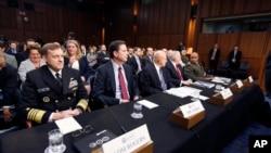 美国联邦调查局局长科米(前排左起第二人)和国家安全局局长、海军上将罗杰斯(前排左起第一人)在参议院听证会上(2016年2月9日)