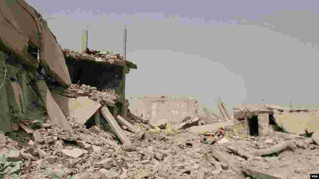 شهر به تلی آوار تبدیل شده است. گویی زلزله شدیدی کوبانی را ویران کرده است.