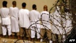 Заключенные в военной тюрьме Гуантанамо во время утренней мусульманской молитвы. Архив - 2009г.