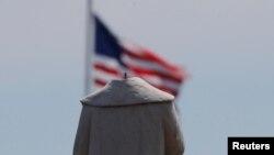 """""""Obezglavljena"""" statua Kristofera Kolumba u Bostonu, 10. jun 2020. (Foto: Rojters/Brian Snyder)"""