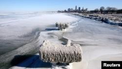 2019年1月31日冰封的伊利湖, 远处是俄亥俄克利夫兰市