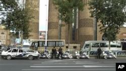中国警方2011年8月1日加强在乌鲁木齐警戒 (资料照片)