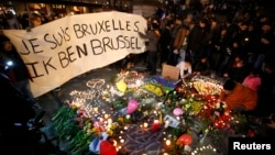 """People display a solidarity banner in Brussels following bomb attacks in Brussels, Belgium, March 22, 2016. Banner reads """"I am Brussels"""" in French and in Flemish languages."""