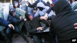 Người biểu tình thân Nga đụng độ với cảnh sát Ukraine tại tòa nhà chính phủ ở Donetsk, ngày 6/4/2014. Tổng thống tạm quyền của Ukraine Oleksandr Turchnyov đổ lỗi cho Nga về các vụ biểu tình và cáo buộc Moscow lại 'chơi trò Crimea'.