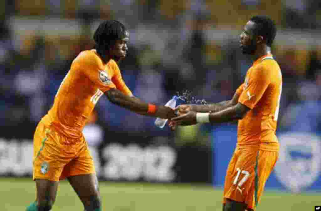 Ivory Coast's Gervinho (L) celebrates his goal against Mali with his teammate Siaka Tiene during their African Nations Cup semi-final soccer match at the Stade De L'Amitie Stadium in Gabon's capital Libreville February 8, 2012.
