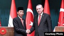Presiden Joko Widodo tegaskan pentingnya kerjasama Indonesia-Turki dalam berbagai bidang ketika berbicara dengan Presiden Recep Tayyip Erdogan di Ankara, Turki, 6 Juli 2017. (Foto Courtesy: Setpres RI)
