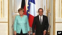 ျပင္သစ္သမၼတ Francois Hollande (ယာ) နဲ႔ ဂ်ာမနီဝန္ႀကီးခ်ဳပ္ Angela Merkel တို႔ ျပင္သစ္နန္းေတာ္မွာ သတင္းစာရွင္းလင္းပြဲက်င္းပဖို႔ ေရာက္လာစဥ္။ (ဇူလိုင္ ၆၊ ၂၀၁၅)