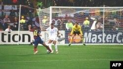 Thierry Henry đối diện với hậu vệ Rio Ferdinand trong vùng cấm địa của Manchester United ở trận chung kết UEFA Champions League 2009