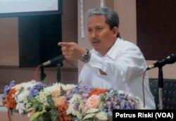 Rektor Institut Teknologi Sepuluh November (ITS), Joni Hermana, memberikan keterangan pers terkait bekas mahasiswa dan alumni ITS yang terlibat aksi serta dosen yang berafiliasi HTI, di Surabaya, 16 Mei 2018. (Foto: VOA/Petrus Riski)