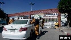 پلیس صنعا در حال گشتن یک اتوموبیل در برابر بیمارستانی که دیپلمات ژاپنی در آن بستری است - پانزدهم دسامبر ۲۰۱۳