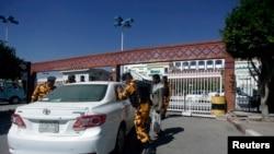 Polisi memeriksa mobil di pintu rumah sakit tempat seorang diplomat Jepang dirawat di Sana'a, 15 Desember 15.