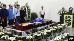 劉曉波的親人在劉曉波遺體告別儀式上(2017年7月15日沈陽市政府提供圖片)