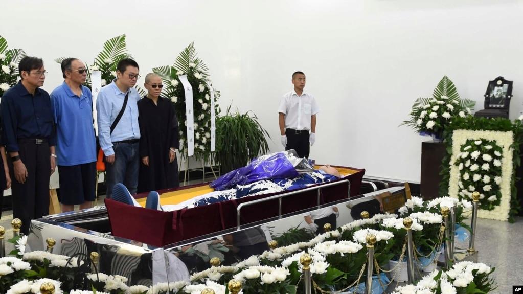 刘晓波的亲人在刘晓波遗体告别仪式上(2017年7月15日,沈阳市政府提供的图片)