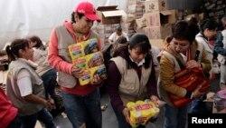 Voluntarios transportan en Ciudad de México alimentos donados para los pobres.