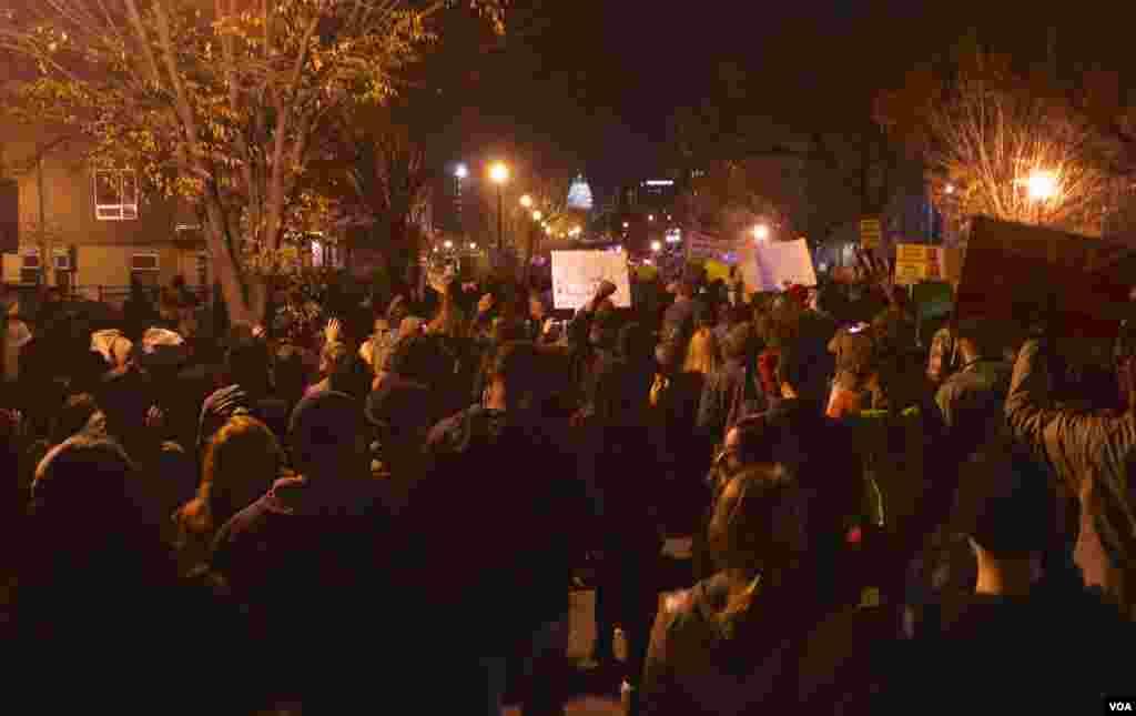 Manifestantes protestaram em Washington DC na noite de Terça-feira, 25, em solidariedade com a comunidade de Ferguson. Nov. 2014