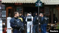 2015年11月14号巴黎恐袭后警察在一间酒吧调查现场。