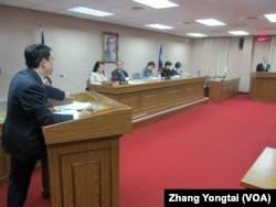 台湾立法院外交及国防委员会星期一质询的情形(美国之音张永泰拍摄)