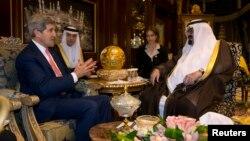 На переднем плане: госсекретарь США Джон Керри и король Саудовской Аравии Абдалла. Эр-Рияд. 4 ноября 2013 г.