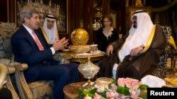AQSh davlat kotibi Jon Kerri Riyodda Saudiya Arabistoni qiroli Abdulla bilan uchrashmoqda, 4-noyabr, 2013-yil
