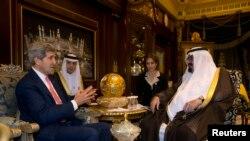 4일 존 케리 미국 국무장관이 사우디아라비아 리야드에서 압둘아지드 알 사우드 사우디아라비아 국왕과 만났다.