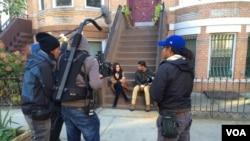 Raisa Andriana dan Chicco Jerikho dalam syuting film 'Terjebak Nostalgia' di New York. (VOA/Vena Dilianasari)