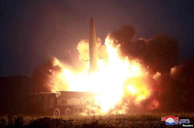朝中社8月7日公布的朝鲜导弹试射照片。