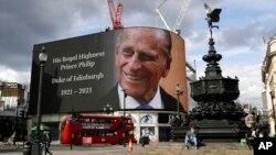 9 Nisan 2021 - 99 yaşında hayata veda eden Prens Philip adına Londra'da Piccadilly Meydanı'nda sergilenen afiş