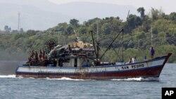 Ngư dân Philippines trên thuyền đánh cá gần bãi cạn Scarborough ở Masinloc, Zambales.