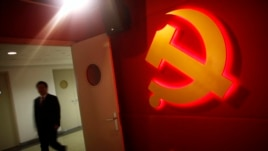 中国浦东干部学院的学员路过学院里的中共党徽标记