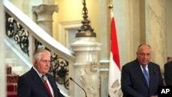 امریکی وزیر خارجہ ریکس ٹیلرسن اپنے مصری یم منصب کے ساتھ قاہرہ میں مشترکہ نیوز کانفرنس کر رہے ہیں
