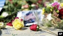 نیویارک میں گیارہ ستمبر کے حملوں کے مقام گراؤنڈزیرو پر متاثرین کے یادگاری پھول۔ فائل