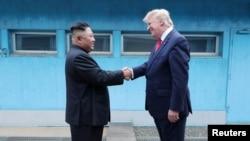 도널드 트럼프 미국 대통령과 김정은 북한 국무위원장이 30일 판문점 군사분계선에서 악수하고 있다.
