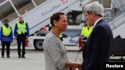 Bộ trưởng Ngoại giao Mỹ John Kerry bắt tay với đại diện thường trực của Hoa Kỳ tại Liên Hiệp Quốc, Ðại sứ. Betty E. King, sau khi ông đến Cointrin tại Geneva, ngày 12/9/2013.