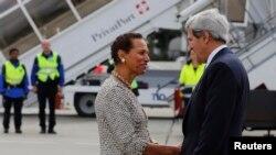 Menlu AS John Kerry disambut oleh Utusan Tetap AS untuk PBB, Duta Besar Betty E.King, setibanya di bandara Cointrin, Jenewa (12/9). Menlu AS John Kerry dijadwalkan akan bertemu dengan Menlu Rusia Sergei Lavrov terkait diplomasi senjata kimia untuk Suriah.