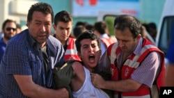 İstanbul'da düzenlenen Suruç protesto eylemine müdahale eden polisler