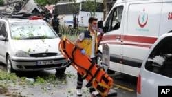 طبی عملے کا ایک رکن دھماکے میں زخمی ہونے والوں کی مدد کے لیے پہنچ رہا ہے۔