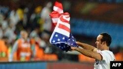 Tiền vệ Mỹ Landon Donovan giương cờ Mỹ sau chiến thắng vòng bảng tại World Cup Nam Phi 2010, ngày 23 tháng 6 năm 2010 (ảnh tư liệu).