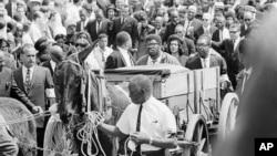 Farasi akivuta jeneza la Dkt Martin Luther King Jr lililopitishwa katika mitaa ya Atlanta, April 10, 1968, likielekea katika nyumba ya kuhifadhia maiti Chuo cha Morehouse.