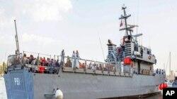 Para migran tiba di pelabuhan Valetta, Malta dengan kapal Angkatan Laut Malta (12/10).