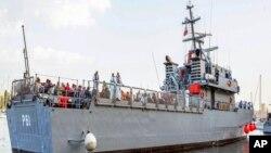 Un grupo de inmigrantes arriba al puerto de Valletta en Malta, en un barco de la marina del país este fin de semana.