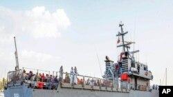 一艘马耳他海军船只把船民接上岸。(2013年10月12日)