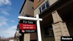 미국 오리건주 포틀랜드의 주택 앞에 'For Sale' 이라는 배너가 보인다.