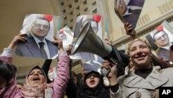 Para pendukung mantan Presiden Hosni Mubarak merayakan keputusan pengadilan Mesir yang memerintahkan persidangan ulang atas mantan Presiden tersebut di Kairo hari Minggu (13/1).