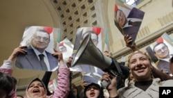 支持被推翻的埃及前总统穆巴拉克的人士2013年1月13日在开罗法院面前庆祝穆巴拉克的上诉获准
