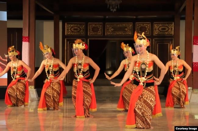 Para penari memakai masker dan faceshield tampil dalam perayaan Hari Tari Dunia di Solo, Kamis (29/4). (Foto courtesy: Pemkot Surakarta)