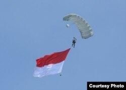 Atraksi terjun payung dalam upacara hari ulang tahun (HUT) Tentara Nasional Indonesia (TNI) ke-72 di Dermaga Indah Kiat Cilegon Provinsi Banten, 5 Oktober 2017. (Foto courtesy: Biro Pers Kepresidenan RI).