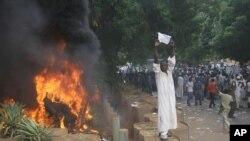 Un manifestant près d'une barricade à Khartoum